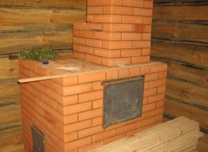 «Печь для бани с баком для воды: виды и особенности» фото - pech s bakom 2 300x219