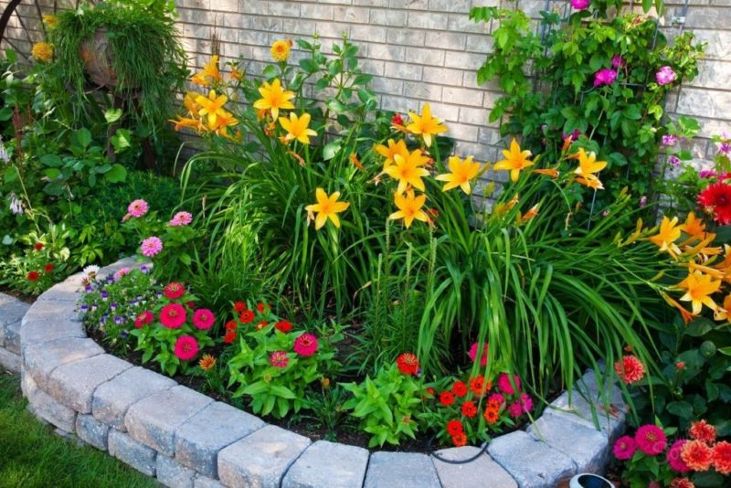 «Как правильно сделать клумбу для цветов» фото - Ograzhdenie dlya klumby iz kamney 1024x683 800x534