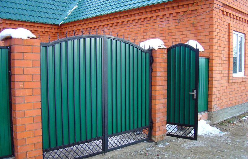 «Как сделать калитку в заборе своими руками: виды и пошаговая инструкция» фото - ograzhdeniya iz profnastila c3015f6a34 800x514