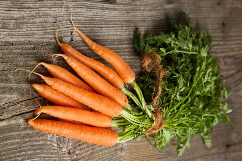 «Как необходимо хранить морковь зимой?» фото - Carrots Closeup Wood planks 527961 1280x853 800x533