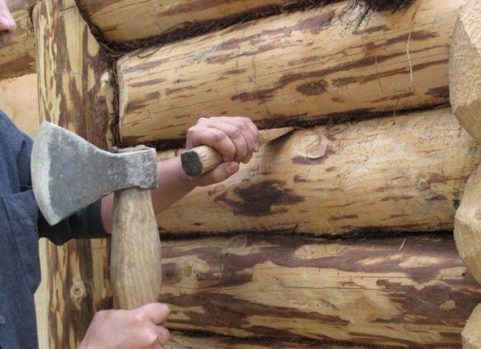 «Конопатка сруба: особенности, выбор материала. Как правильно конопатить сруб?» фото - konopatka sruba 1 690x500