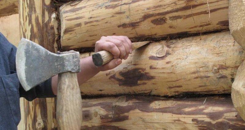 «Конопатка сруба: особенности, выбор материала. Как правильно конопатить сруб?» фото - konopatka sruba 1 800x425