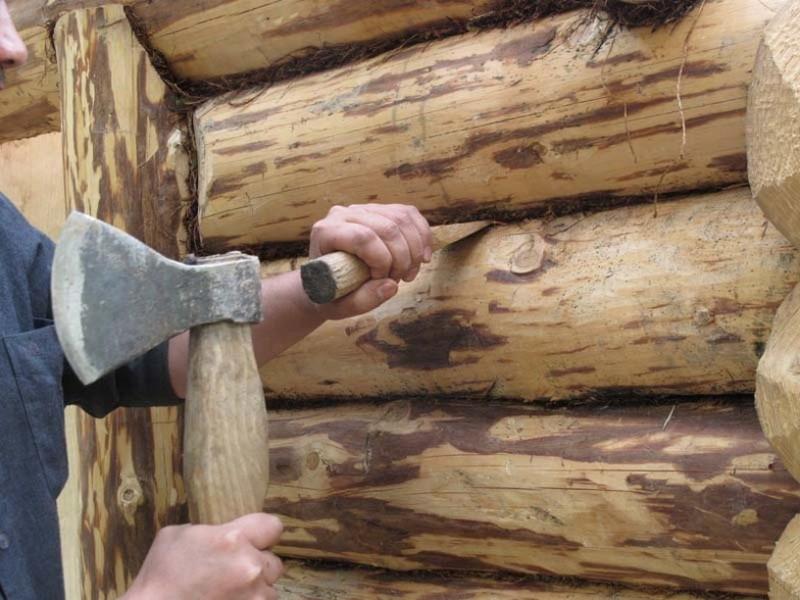 «Конопатка сруба: особенности, выбор материала. Как правильно конопатить сруб?» фото - konopatka sruba 1