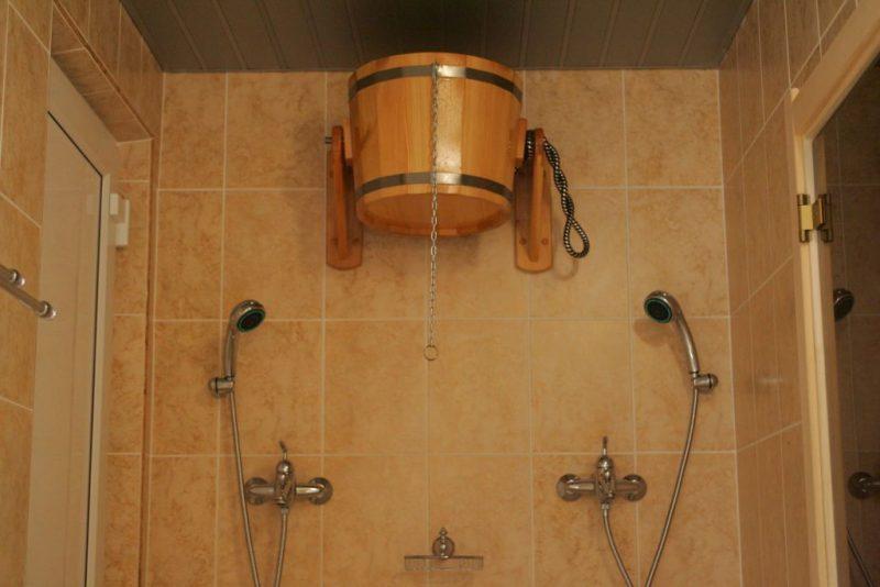 «Обливное устройство для бани: преимущества недостатки. Монтаж обливного ведра для бани» фото - oblivnoe ustrojstvo 7 800x534