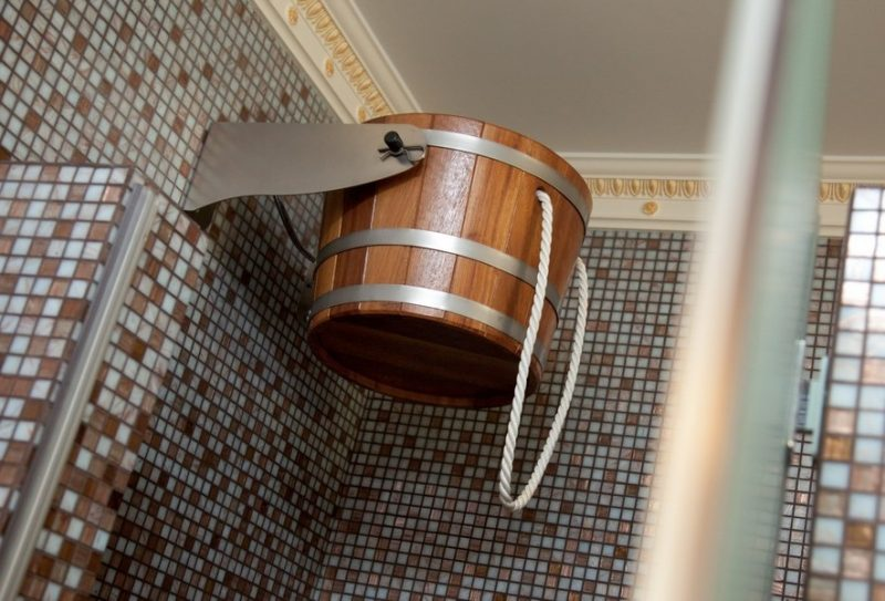 «Обливное устройство для бани: преимущества недостатки. Монтаж обливного ведра для бани» фото - oblivnoe ustrojstvo 8 800x543