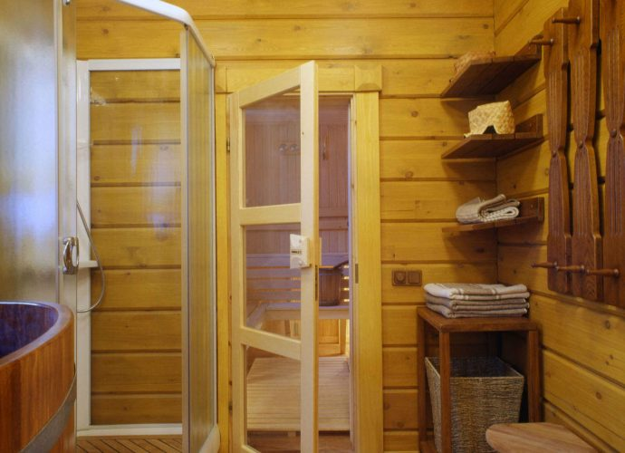 «Как сделать перегородку в бане?» фото - peregorodka kleenyj brus 690x500